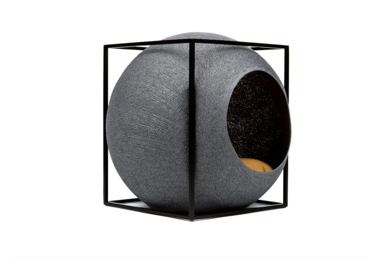 Le Cube métal, niche et griffoir design - Gris foncé