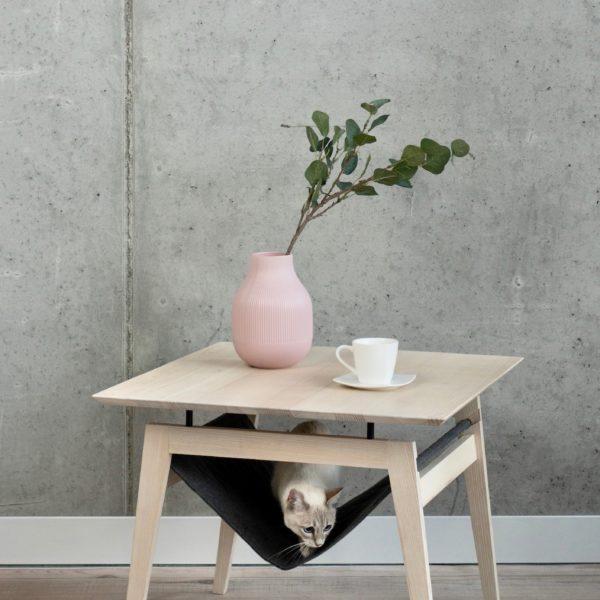 Table à café avec hamac pour chat couleur gris anthracite avec chat siamois