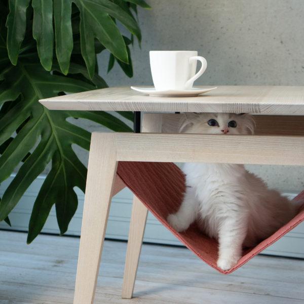 Table à café avec hamac pour chat couleur rose avec chat siamois