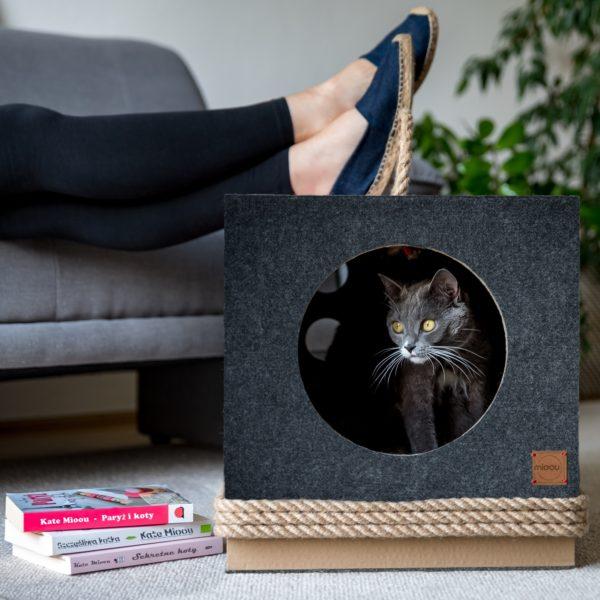 Couchage pour chat design gris et rouge